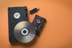 Disco del CD y casete y memoria USB audios/video como concepto de evolución del almacenamiento de los medios imagen de archivo libre de regalías