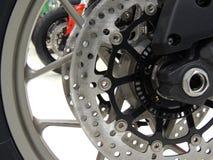 Disco del freno sulla ruota anteriore del motociclo di sport alla foto delle azione del negozio di moto Fotografia Stock Libera da Diritti