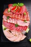 Disco del jamón cortado, del salami y de la carne curada Imagenes de archivo