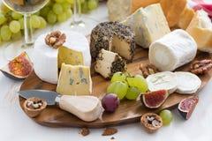 Disco del queso, bocados y vino, primer Fotografía de archivo libre de regalías