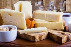 Disco del queso con el atasco, las nueces y el vino de la fruta Imagen de archivo