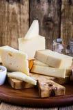 Disco del queso con el atasco, las nueces y el vino de la fruta Fotografía de archivo libre de regalías