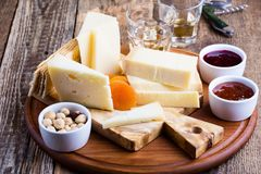 Disco del queso con el atasco, las nueces y el vino de la fruta Imagen de archivo libre de regalías