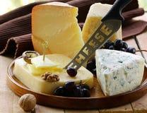 disco del queso de la Aún-vida con las tuercas Imagen de archivo libre de regalías