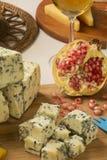 Disco del queso del abastecimiento con grissini del jamón y la granada fresca Imagenes de archivo