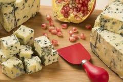 Disco del queso del abastecimiento con y granada fresca Foto de archivo