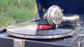 Disco del vintage en el gramófono, tecnología de la herencia, almacen de video