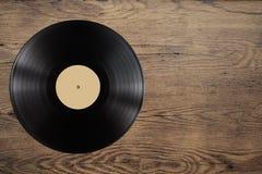Disco dell'annotazione di Vynil sulla tavola di legno Fotografia Stock Libera da Diritti