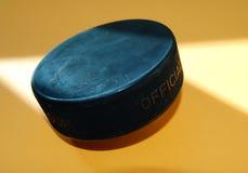 Disco di gomma di hokey del ghiaccio Fotografie Stock