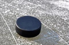 Disco di gomma di hokey del ghiaccio Immagine Stock Libera da Diritti