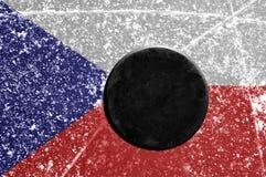 Disco di gomma di hokey nero sulla pista di pattinaggio di ghiaccio Fotografie Stock Libere da Diritti