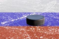 Disco di gomma di hokey nero sulla pista di pattinaggio di ghiaccio Fotografia Stock Libera da Diritti