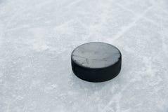 Disco di gomma di hokey su ghiaccio immagine stock libera da diritti
