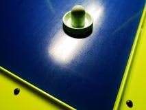 Disco di hockey dell'aria isolato sulla tavola fotografie stock