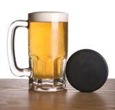 Disco di hockey e della birra Fotografia Stock Libera da Diritti