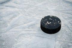 Disco di hockey sulla pista di pattinaggio del hockey su ghiaccio fotografie stock