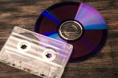 Disco do vinil e cassetes de banda magnética na tabela de madeira Fotografia de Stock