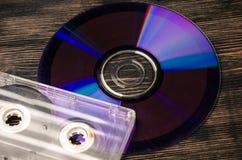 Disco do vinil e cassetes de banda magnética na tabela de madeira Fotografia de Stock Royalty Free