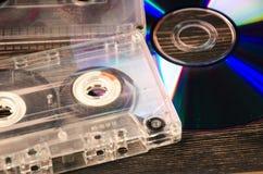 Disco do vinil e cassetes de banda magnética na tabela de madeira Foto de Stock