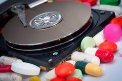 Disco duro con algunas píldoras Fotografía de archivo libre de regalías