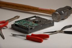 Disco duro con el martillo de trineo Fotografía de archivo libre de regalías