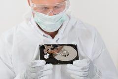 Disco duro de Looking At Computer del reparador Fotografía de archivo libre de regalías