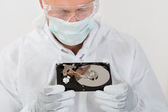 Disco duro de Looking At Computer do reparador Fotografia de Stock Royalty Free