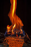Disco duro del ordenador en el fuego foto de archivo