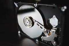 Disco duro desmontado del ordenador (hdd) con efectos del espejo Pieza del ordenador (PC, ordenador portátil) Fotos de archivo