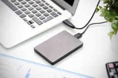 Disco duro externo del disco de reserva conectado con el ordenador portátil Imágenes de archivo libres de regalías