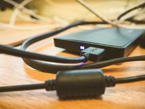 Disco duro externo negro que conecta en el cable del usb imágenes de archivo libres de regalías