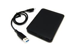 Disco duro externo preto com cabo de USB em Blackground branco Foto de Stock