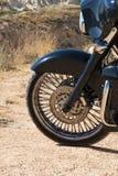 Disco e gomma anteriori del motociclo nella fine su Prateria di estate Fotografia Stock
