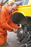 Disco em mudança do freio do mecânico Foto de Stock Royalty Free