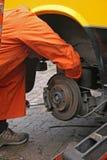 Disco em mudança do freio do mecânico Imagem de Stock Royalty Free
