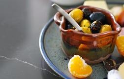 Disco estacional del aperitivo con las aceitunas, el queso, la carne y las naranjas foto de archivo