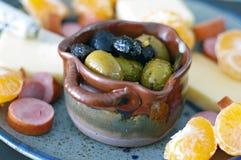 Disco estacional del aperitivo con las aceitunas, el queso, la carne y las naranjas imagen de archivo