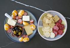 Disco estacional del aperitivo con las aceitunas, el queso, la carne y las naranjas fotos de archivo