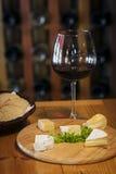 Disco francés mezclado del queso con pan y vino imágenes de archivo libres de regalías