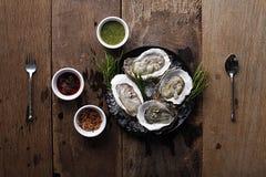 Disco fresco de las ostras con la salsa y el acompañamiento Imagen de archivo libre de regalías
