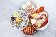 Disco fresco de los mariscos con la langosta, los mejillones y las ostras Imágenes de archivo libres de regalías