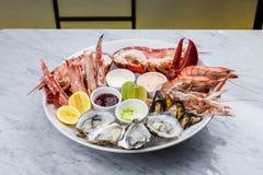 Disco fresco de los mariscos con la langosta, los mejillones y las ostras Foto de archivo libre de regalías
