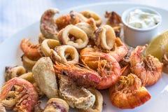 Disco frito mezclado de los pescados, del camarón y del calamar fotografía de archivo