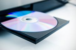 Disco insterted al DVD o al dispositivo CD Foto de archivo libre de regalías