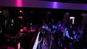 Disco-jóquei, agente de segurança que trabalha no clube noturno, dança dos povos video estoque