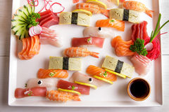 Disco japonés del sashimi de la comida y del sushi del nigiri Imágenes de archivo libres de regalías