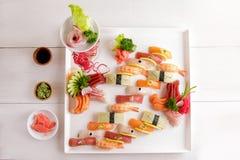 Disco japonés del sashimi de la comida y del sushi del nigiri Fotos de archivo