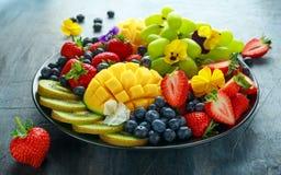 Disco mezclado colorido de la fruta con el mango, la fresa, el arándano, el kiwi y la uva verde Alimento sano imagen de archivo libre de regalías