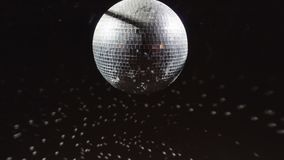 Disco mirrorball discoball που περιστρέφει και που απεικονίζει το φως σε έναν τόπο συναντήσεως λεσχών απόθεμα βίντεο