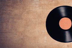 Disco musical do vinil no fundo de madeira; Fotos de Stock